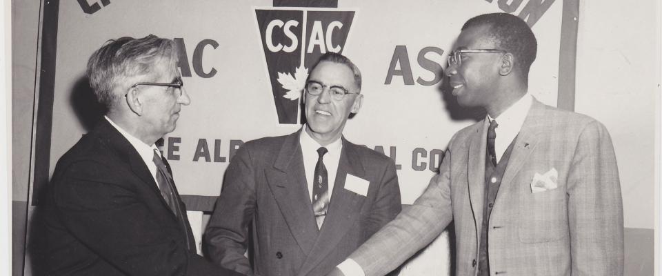 Cal Best (à droite) et les dirigeants de l'Association de la fonction publique du Canada, un précurseur de l'AFPC