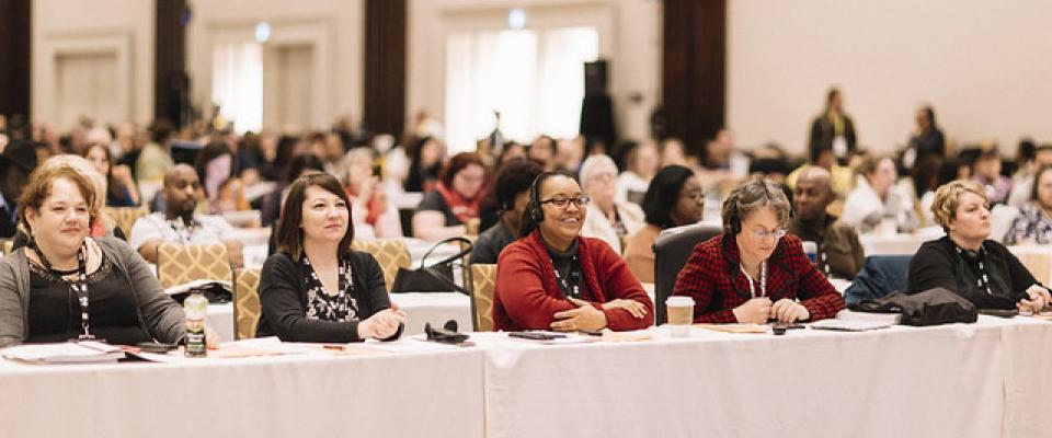 Les délégués de la conférence assis