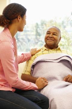 Une femme qui prends soins de son père