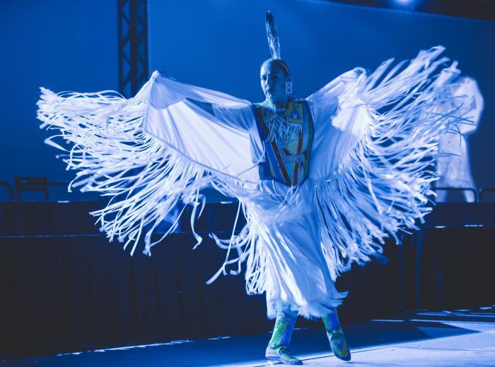 Danseuse autochtone au congrès