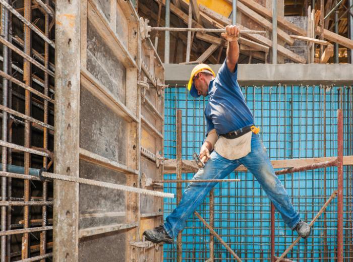 Un homme dans des conditions de travail dangereuses