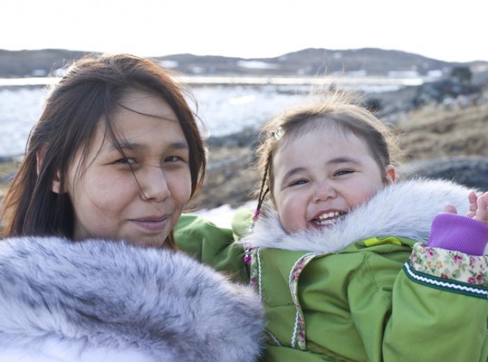 Femme et enfant inuit
