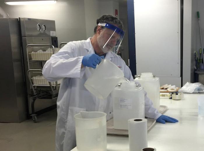 technicien de laboratoire Tim Ladd