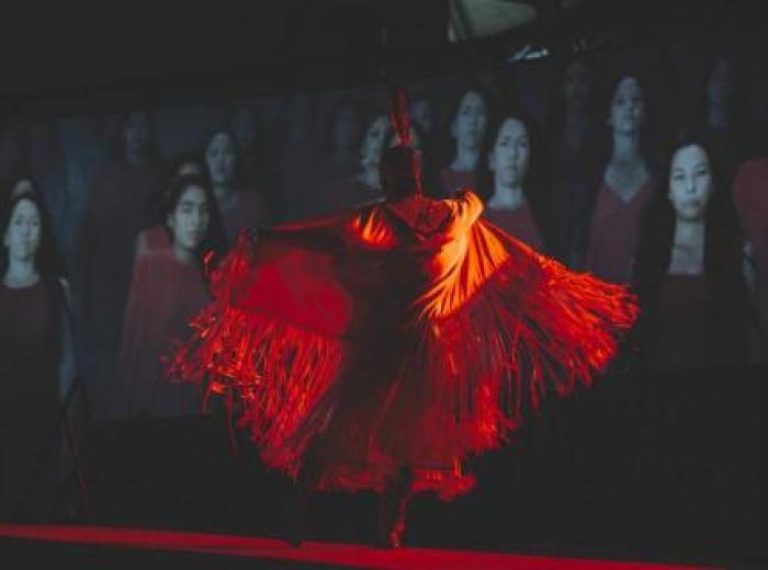 Femme autochtone dansant en robe rouge