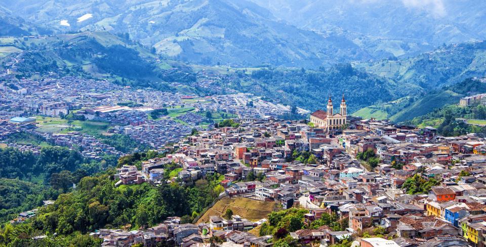 Vue panoramique de la ville de Manizales, ses maisons et son église, à Caldas, Colombie.