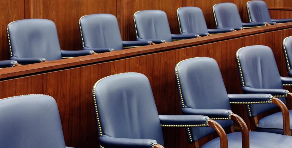 Sièges dans une salle de tribunal