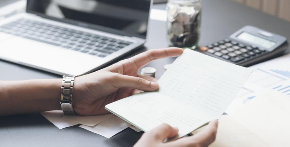 Une femme examine les états financiers