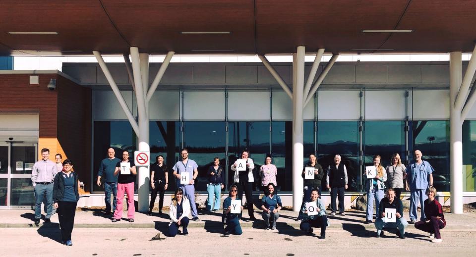 Membres de l'AFPC devant l'hôpital du Yukon