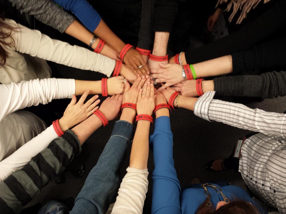 les mains les unes par-dessus les autres symbolisant le travail d'équipe
