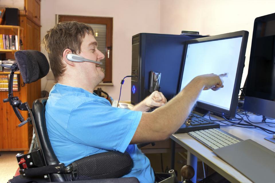 L'homme atteint de paralysie cérébrale infantile en utilisant un ordinateur