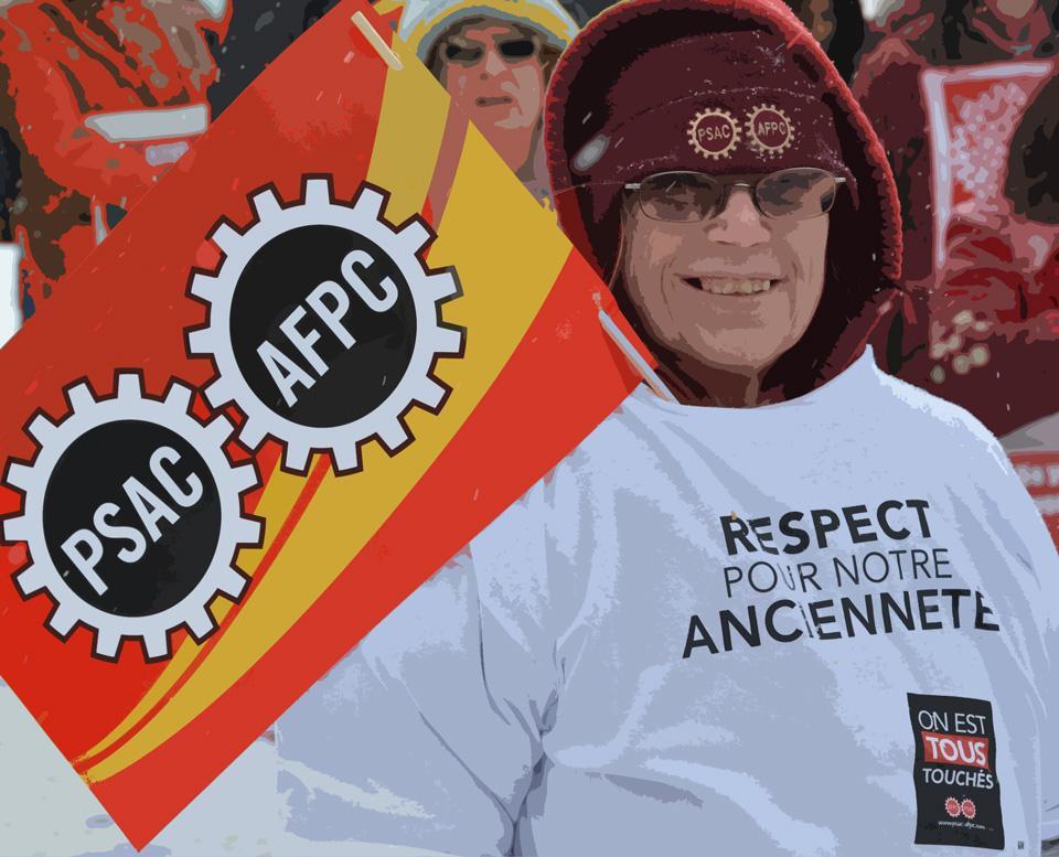 """Femme avec un chandail """" respect pour notre ancienneté"""" (nous sommes tous touchés), une tuque de l'AFPC et qui tient un drapeau de l'AFPC"""