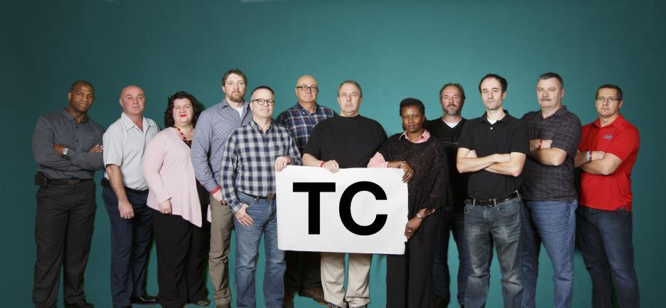 De gauche à droite : Mike Tennant, Jean Cloutier, Bonnie Bates (recherchiste), Marc Blanchard, Patrice Robin, Harold Larson, Tom Hopkins, Sheri Parent, Milton Dyck, Seth Sazant (négociateur), Keith Parsons, Patrick St-Georges.