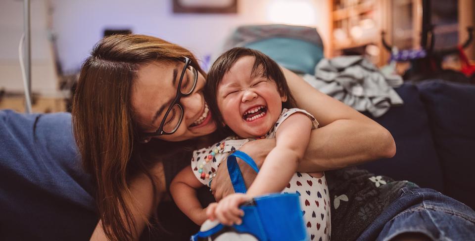 Mère riant avec sa fille