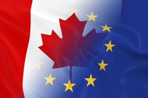 Les drapeaux du Canada et de l'Union européenne entrelacés