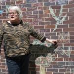 Robyn Benson, présidente de l'AFPC, désigne une murale de craie sur l'édifice du bureau national