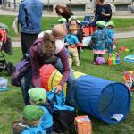 Enfants jouant dehors à la manifestation pour les services de garde