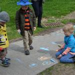 Enfants dessinant à la craie sur le sol