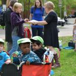 Trois enfants dans une charrette