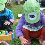 Jeux d'enfants, dont le chapeau vert porte le slogan « Votezgarderies2015 »