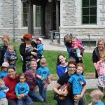Groupes d'enfants et de parents à la manifestation pour les services de garde
