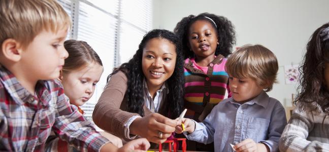 Enseignante joue avec les enfants à la garderie