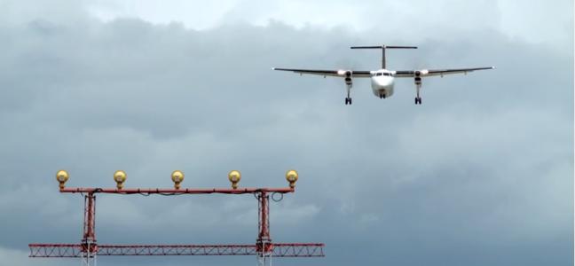 Un avion se prépare à atterrir — les inspecteurs techniques font partie du groupe de travailleurs et de travailleuses qui assure la sécurité de la population canadienne
